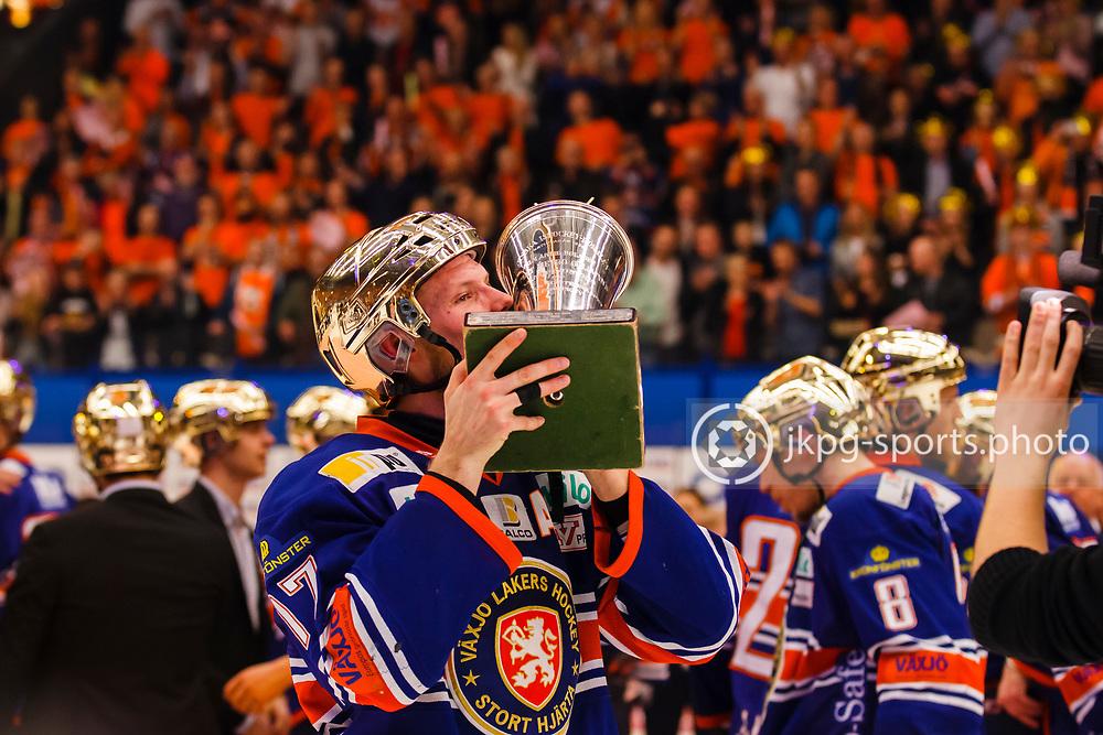 150423 Ishockey, SM-Final, V&auml;xj&ouml; - Skellefte&aring;<br /> Alexander Johansson, V&auml;xj&ouml; Lakers Hockey lyfter pokalen &quot;Le Mat&quot;.<br /> &copy; Daniel Malmberg/Jkpg sports photo