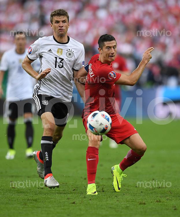 FUSSBALL EURO 2016 GRUPPE C IN PARIS Deutschland - Polen    16.06.2016 Thomas Mueller (li, Deutschland) gegen Robert Lewandowski (re, Polen)