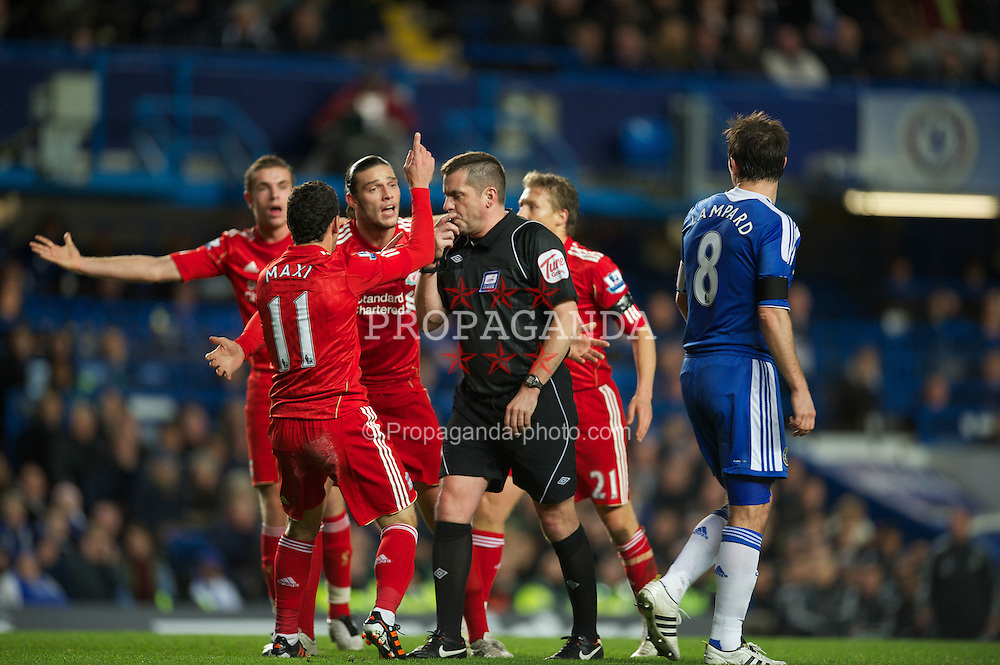 LONDON, ENGLAND - Tuesday, November 29, 2011: Liverpool players Andy Carroll and Maximiliano Ruben Maxi Rodriguez appeal to the referee Phil Dowd for a penalty against Chelsea during the Football League Cup Quarter-Final match at Stamford Bridge. (Pic by David Rawcliffe/Propaganda)