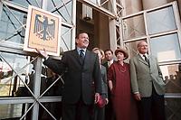25 AUG 1999, BERLIN/GERMANY:<br /> Gerhard Schröder, SPD, Bundeskanzler, und Walter Momper, SPD Spitzenkandidat, mit Ehefrau Anne Momper, vor dem Übergangsdienstsitz des Bundeskanzlers, dem ehemaligen Staatsratsgebäude<br /> IMAGE: 19990825-01/01-09<br /> KEYWORDS: Bundeskanzleramt, Schild, sign, logo