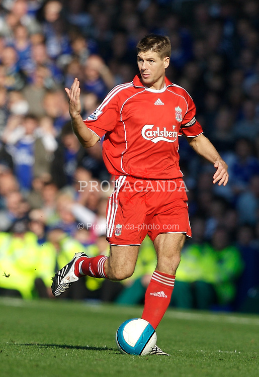 Liverpool, England - Saturday, October 20, 2007: Liverpool's Steven Gerrard MBE in action against Everton during the 206th Merseyside Derby match at Goodison Park. (Photo by David Rawcliffe/Propaganda)
