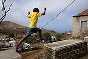 Uma crianÁa brinca na Vila Nova Sintra, a capital da Ilha Brava, a mais inacessÌvel das ilhas caboverdianas.
