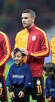 FUSSBALL CHAMPIONS LEAGUE SAISON 2015/2016 GRUPPENPHASE Galatasaray Istanbul - Benfica Lissabon        21.10.2015 Spassvogel Lukas Podolski (Galatasaray Istanbul) krault dem Einlaufkind die Haare