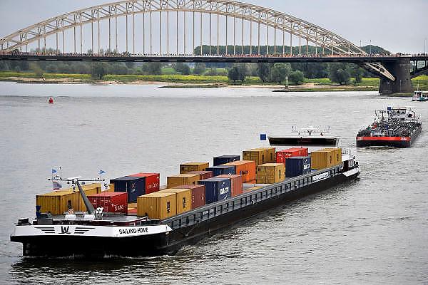 Nederland, Nijmegen, 19-7-2011Binnenvaartschip met containers vaart over de Waal bij Nijmegen,Foto: Flip Franssen/Hollandse Hoogte