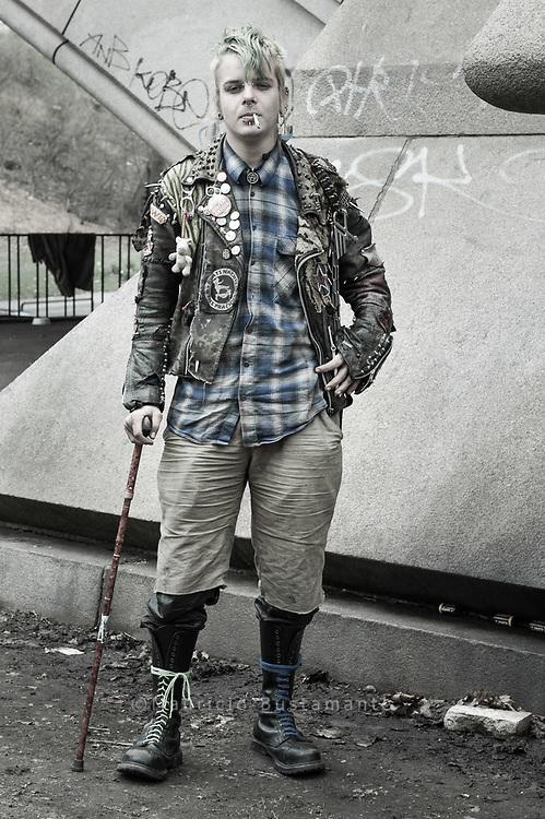 """Tsecke (19) hat im vergangenen Sommer noch in Freiburg gelebt. Im Juli 2009 verlor er seine Wohnung. """"Da habe ich mir gedacht, es wäre mal<br /> wieder Zeit für eine RUNDREISE"""", sagt er. Den Winter hat er in einem besetzten Haus in der Nähe von Hamburg verbracht. Jetzt, wo der Frühling kommt,<br /> treibt es ihn wieder auf die Straße. """"Bei den Temperaturen, die jetzt herrschen, kann man schon ohne Probleme draußen schlafen"""", findet er."""