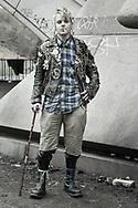 Tsecke (19) hat im vergangenen Sommer noch in Freiburg gelebt. Im Juli 2009 verlor er seine Wohnung. &bdquo;Da habe ich mir gedacht, es w&auml;re mal<br /> wieder Zeit für eine RUNDREISE&ldquo;, sagt er. Den Winter hat er in einem besetzten Haus in der N&auml;he von Hamburg verbracht. Jetzt, wo der Frühling kommt,<br /> treibt es ihn wieder auf die Stra&szlig;e. &bdquo;Bei den Temperaturen, die jetzt herrschen, kann man schon ohne Probleme drau&szlig;en schlafen&ldquo;, findet er.