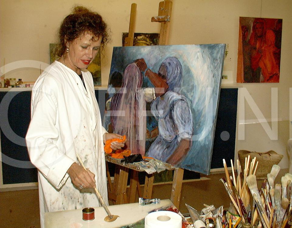 Fotografie Uijlenbroek©1999/michiel van de velde.990826 ommen ned.galerie geopend .maria arts aan het werk
