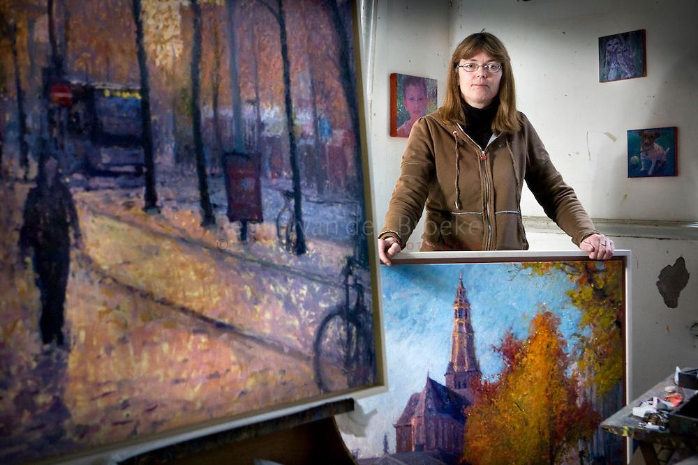 Groningen 21/11/2008 Kunstenares Annemiek Vos met haar werk. OP het schilderij links is het zuiderdiep te herkennen en onder de a-kerk. foto: Pepijn van den broeke