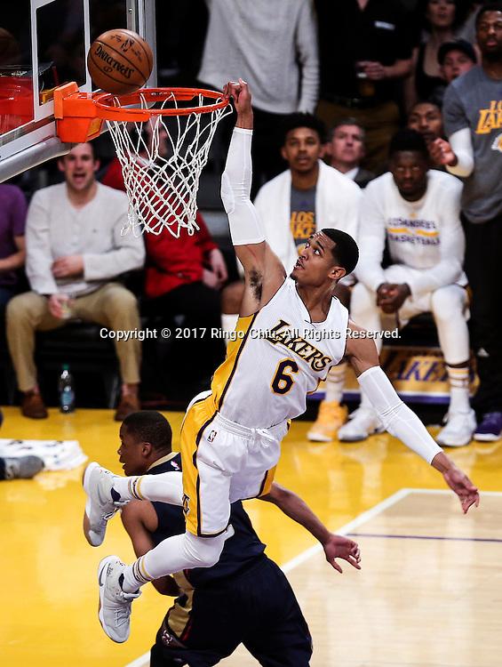 3月5日,洛杉矶湖人队球员乔丹&middot;克拉克森(右)在比賽中扣篮得分。 当日,在2016-2017赛季NBA常规赛中,洛杉矶湖人队主场以97比105不敌新奥尔良鹈鹕队。 新华社发 (赵汉荣摄)New Orleans Pelicans defeats Los Angeles Lakers 97-105 during an NBA basketball game Tuesday, March 5, 2017, in Los Angeles. (Photo by Ringo Chiu/PHOTOFORMULA.com)<br /> <br /> Usage Notes: This content is intended for editorial use only. For other uses, additional clearances may be required.