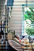 Nederland, Nijmegen, 24-6-2005Patient met kanker ligt in een isolatie kamer van het radboud ziekenhuis. Dit om zo min mogelijk met bacterien van buiten in aanraking te komen. Oncologie, levensbedreigende ziekte.Afweersysteem, genezing, medicijn, kankerbestrijding.Foto: Flip Franssen