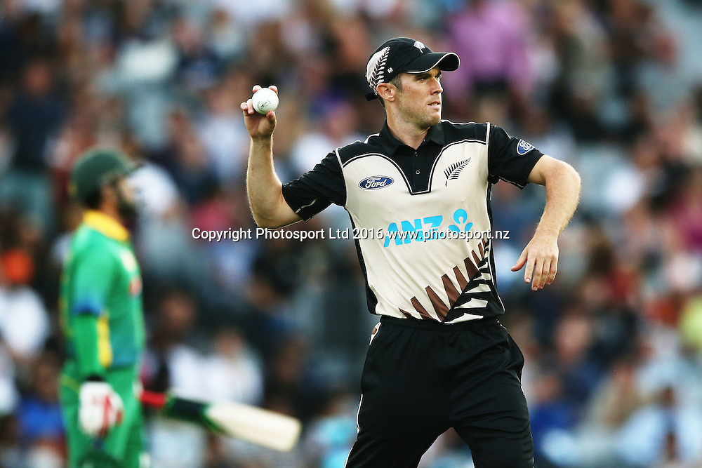 Todd Astle of New Zealand fields the ball. ANZ International Series, Twenty-20 Match between New Zealand Back Caps and Pakistan at Eden Park in Auckland, New Zealand. 15 January 2016. Photo: Anthony Au-Yeung / www.photosport.nz