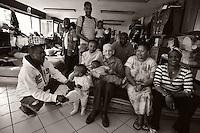 Le p&egrave;re Riffard, pr&ecirc;tre &agrave; la retraite de l&rsquo;&eacute;glise de Montreynaud, comparaissait en juin dernier devant le tribunal de police de Saint-Etienne.<br /> On lui reproche d&rsquo;accueillir dans l&rsquo;&eacute;glise Sainte-Claire, des r&eacute;fugi&eacute;s politiques africains. <br /> <br /> Tr&egrave;s exactement d&rsquo;enfreindre un arr&ecirc;t&eacute; municipal qui met en avant les probl&egrave;mes de s&eacute;curit&eacute;.<br /> &laquo; On fait de la mise &agrave; l&rsquo;abri &raquo;, plaida t-il, &laquo; Un travail de suppl&eacute;ance &raquo;.<br /> Depuis 8 ans, il h&eacute;berge des personnes sans papier. Il l&rsquo;a d&rsquo;abord fait chez lui, puis par la suite, dans le centre paroissial de l&rsquo;&eacute;glise Sainte-Claire.<br /> On lui reproche surtout d&rsquo;avoir ouvert &ldquo;au public&rdquo; le centre paroissial de Montreynaud.Pour cela, le pr&ecirc;tre encourt une amende de 1 500 euros par jour, et ce pour la p&eacute;riode comprise entre le 11 f&eacute;vrier et le 3 octobre 2013.<br /> &ldquo;nous ne sommes pas une structure d&rsquo;h&eacute;bergement, nous mettons &agrave; l&rsquo;abri des personnes dans l&rsquo;urgence&rdquo; affirme le p&egrave;re Riffard.<br /> <br /> Le procureur de la R&eacute;publique adjoint a reconnu que &ldquo;le discours de G&eacute;rard Riffard m&eacute;rite le respect&rdquo;<br /> Il a quand meme  demand&eacute; que le pr&ecirc;tre s&rsquo;acquitte d&rsquo;une amende de 50 euros par jour d&rsquo;infraction &agrave; l&rsquo;arr&ecirc;t&eacute; municipal.<br /> Soit 11 950 euros d&rsquo;amende requis.<br /> Le juge a plac&eacute; l&rsquo;affaire en d&eacute;lib&eacute;r&eacute; au 10 septembre prochain. (photo by Bruno Vigneron/Maya Press)