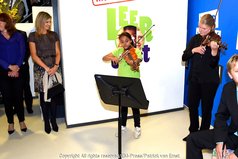 Koningin Maxima brengt werkbezoek aan Instrumentendepot in Amsterdam. Het bezoek vindt plaats in het kader van muziekonderwijs op de basisschool. <br /> <br /> Queen Maxima pays a working visit to Instrument Depot in Amsterdam. The visit takes place in the context of music education in elementary school.<br /> <br /> Op de foto:  Koningin Maxima overhandigt als erevoorzitter van het Platform Ambassadeurs Muziekonderwijs, de Amalia-viool aan Sanne Wiering  ////  Queen Maxima hands as honorary chairman of the Platform Ambassadors Music, the Amalia violin Sanne Wiering