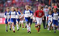 Fussball  1. Bundesliga  Saison 2016/2017  24. Spieltag  FC Bayern Muenchen - Eintracht Frankfurt     11.03.2017 Goodyear Einlauf Kinder rennen vom Spielfeld