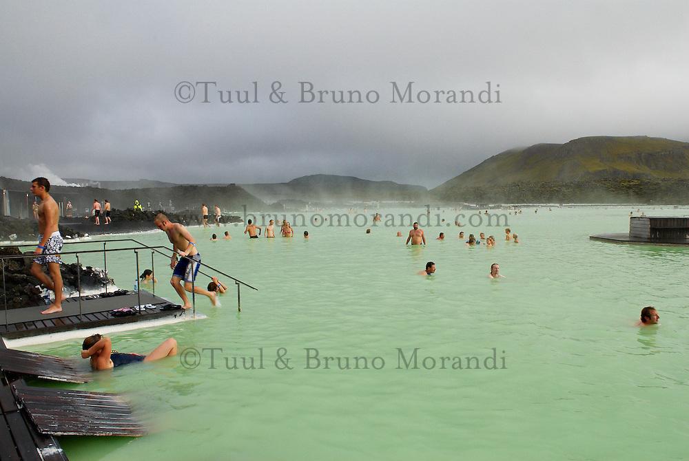 Islande. Piscine de Blue Lagoon proche d'une usine géothermique. Bain chaud. // Iceland. Blue Lagoon. Geothermal factory and swimming pool. Hot bath.