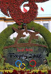 17-10-2007 ALGEMEEN: VOORBEREIDINGEN OLYMPISCHE SPELEN BEIJING 2008: CHINA<br /> De Olympische sportsymbolen in bloemencorso op het Tiananmen - Plein van de Hemelse Vrede - Ringen en Olympische vlam<br /> ©2007-WWW.FOTOHOOGENDOORN.NL