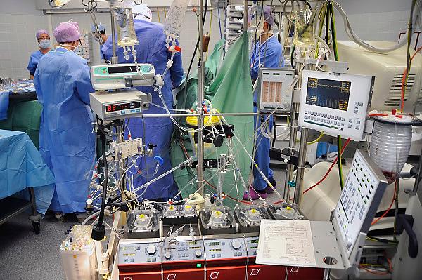 Nederland, Nijmegen, 26-2-2009Chirurgen voeren een borstoperatie, hartoperatie, uit in het UMC radboud. Op de voorgrond een hart long machine.Foto: Flip Franssen