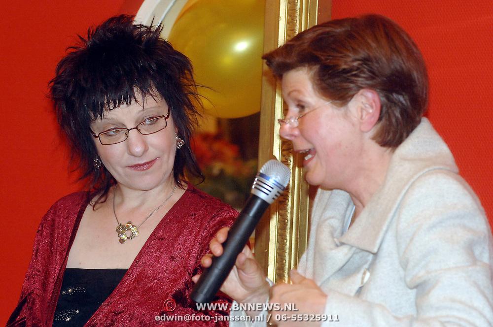 NLD/Huizen/20070329 - Paneldiscussie in bejaardencentrum de Bolder Huizen, olv. Maartje van Weegen met journaliste Stella Braam