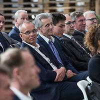 """Nederland, Waddinxveen , 31 oktober 2016.Lidl opent het meest duurzame distributiecentrum van Nederland in Waddinxveen. Bij de bouw is veel aandacht besteed aan duurzaamheid. Zo beschikt het gebouw over 4.000 zonnepanelen, is er een warmte-koude-opslag onder het gebouw om lucht in op te slaan en worden er meer dan 11.000 bomen, planten en struiken rondom het gebouw geplaatst. Jacqueline Cramer sprak tijdens de opening en roemde Lidl om haar inzet op het gebied van duurzaam bouwen.<br />Duurzaamheid. Dat is het sleutelwoord dat Lidl hanteert voor het nieuwste distributiecentrum. Aan de Louis Dobbelmannweg in Waddinxveen is de voorbije maanden een gebouw van 52.000 vierkante meter verrezen, waar - na de opening van aanstaande maandag - werk is voor ongeveer 250 mensen. Het is het zesde distributiecentrum van de Duitse discounter en deze komt in aanmerking voor de hoogst haalbare Breeam-certificering voor duurzame bouw, met maar liefst vijf sterren.<br /> Gezonde toekomst<br /> """"De keuze voor duurzame oplossingen past helemaal in de bedrijfsvisie van Lidl'', zegt regiodirecteur Pieter Breijs. """"Wij beschouwen duurzaamheid als essentieel voor een gezonde toekomst voor ons allemaal. En bovendien geldt dat overal waar we kunnen besparen we onze klanten kunnen laten profiteren.''<br /> BiomassacentraleOp energie wordt er in het pand van drie verdiepingen vooral bespaard door gebruik te maken van restwarmte uit de omgeving. Die is straks afkomstig uit een nog te bouwen biomassacentrale en van tuinders in het Westland.<br />Op de foto tussen het publiek zit Maurits Groen, een Nederlandse communicatieadviseur, activist en ondernemer die zich bezighoudt met milieu- en ontwikkelingsvraagstukken. Groen is bekend als pleitbezorger voor duurzaamheid, initiator van duurzame coalities en oprichter van bedrijven. In 2015 stond hij op de eerste plaats in de Duurzame 100 van het Dagblad Trouw.<br /><br />Foto en bijschrift vallen buiten verantwoordelijkheid van de Algemene Nieuwsdienst """