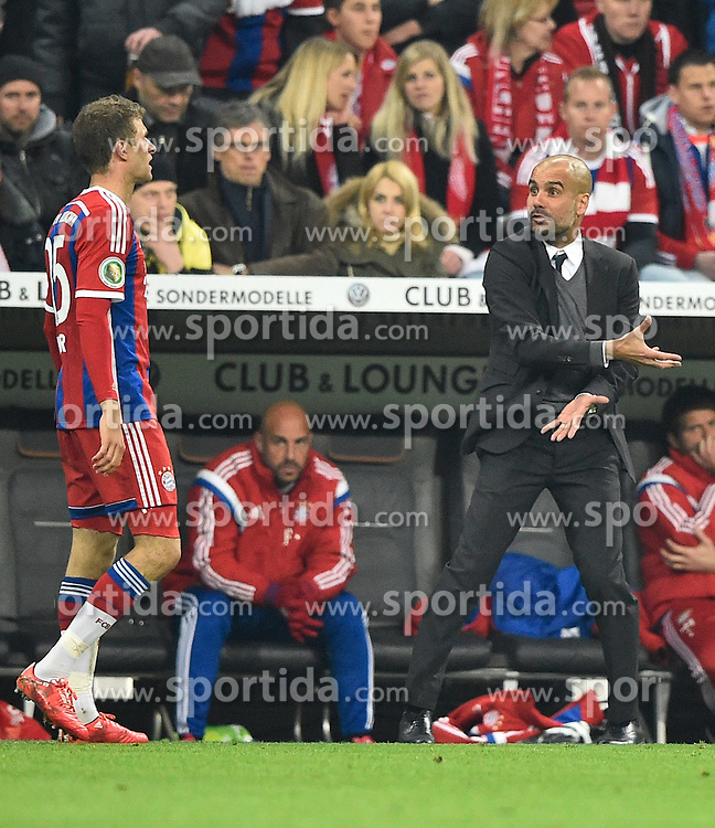28.04.2015, Allianz Arena, Muenchen, GER, DFB Pokal, FC Bayern Muenchen vs Borussia Dortmund, Halbfinale, im Bild Trainer Josep Pep Guardiola FC Bayern Muenchen (rechts) gibt Thomas Mueller FC Bayern Muenchen (links) Anweisungen Gestik Geste am Spielfeldrand // during German DFB Pokal semifinal match between FC Bayern Munich and Borussia Dortmund at the Allianz Arena in Muenchen, Germany on 2015/04/28. EXPA Pictures &copy; 2015, PhotoCredit: EXPA/ Eibner-Pressefoto/ Weber<br /> <br /> *****ATTENTION - OUT of GER*****