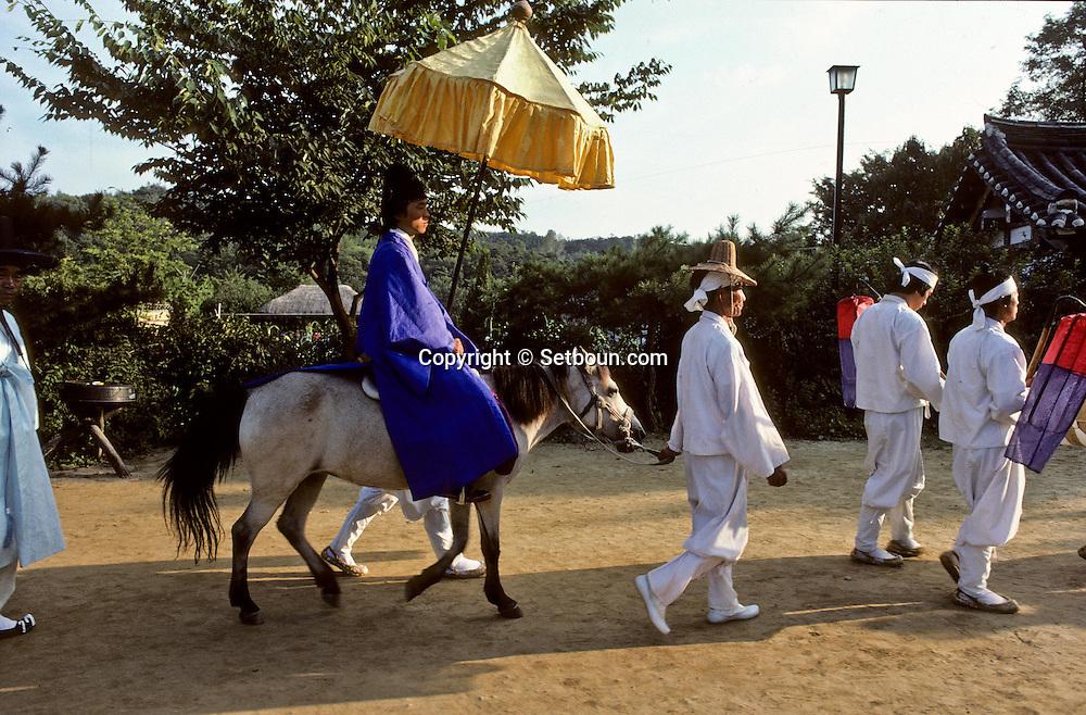 nuptial parade in the village (traditional style///the husband un cortège ouvert par le marié à cheval parcourt les rues du village ///R00029/13    L2689  /  R00029  /  P0002965