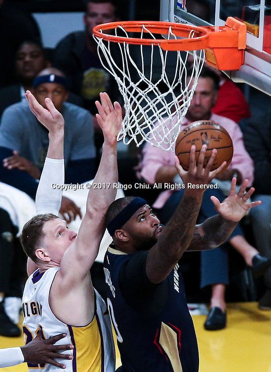 3月5日,新奥尔良鹈鹕队球员德马库斯-考辛斯(右)在比賽中上篮。 当日,在2016-2017赛季NBA常规赛中,洛杉矶湖人队主场以97比105不敌新奥尔良鹈鹕队。 新华社发 (赵汉荣摄)New Orleans Pelicans defeats Los Angeles Lakers 97-105 during an NBA basketball game Tuesday, March 5, 2017, in Los Angeles. (Photo by Ringo Chiu/PHOTOFORMULA.com)<br /> <br /> Usage Notes: This content is intended for editorial use only. For other uses, additional clearances may be required.