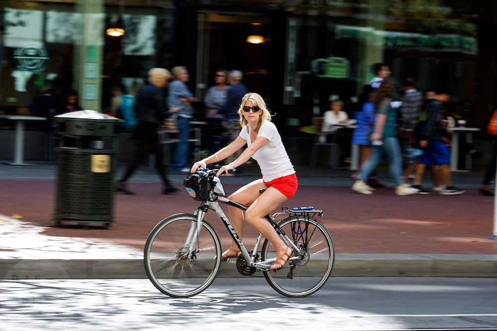 Een vrouw rijdt op een huurfiets in San Francisco. De Amerikaanse stad San Francisco aan de westkust is een van de grootste steden in Amerika en kenmerkt zich door de steile heuvels in de stad. Ondanks de heuvels wordt er steeds meer gefietst in de stad.<br /> <br /> A woman cycles on a rental bike in San Francisco. The US city of San Francisco on the west coast is one of the largest cities in America and is characterized by the steep hills in the city. Despite the hills more and more people cycle.