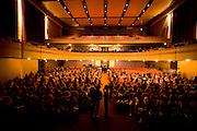 Nova Lima_MG, Brasil...Plateia de um teatro assistindo uma apresentacao...Public of a theatre watching a presentation...Foto: LEO DRUMOND /  NITRO