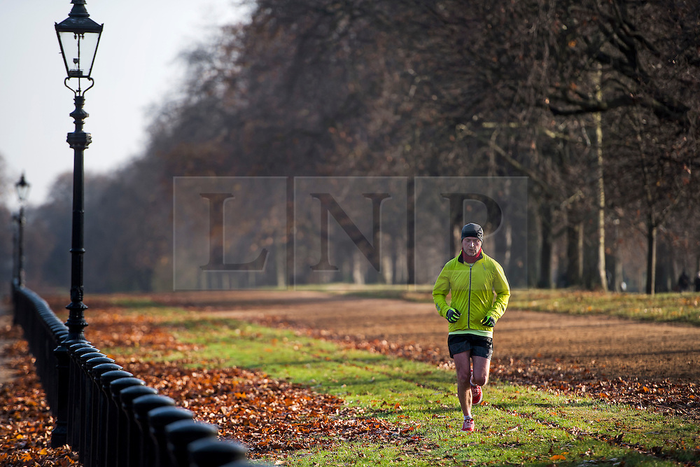 © Licensed to London News Pictures. 26/11/2016. London, UK. A man jogging on a bright and sunny Autumn morning in Hyde Park, London. Photo credit: Ben Cawthra/LNP