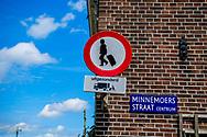 AMSTERDAM - protest tegen air &amp; b  rolkoffers  in het centrum van amsterdam , verbod bord ROBIN UTRECHT<br /> toeristen in amsterdam In een jaar tijd is het gebruik van Airbnb in Amsterdam met 125 procent gegroeid. Er werden vorig jaar in totaal bijna 1,7 miljoen overnachtingen in de hoofdstad geboekt via de site. Gemeente Amsterdam: meldplicht bij Airbnb-verhuur Mensen die hun woning willen verhuren via Airbnb in Amsterdam moeten dat binnenkort melden bij de gemeente. Doen zij dat niet dan volgen boetes