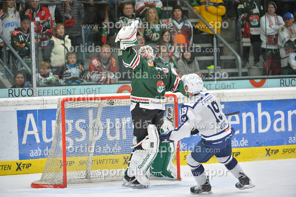 02.10.2015, Curt Frenzel Stadium, Augsburg, GER, DEL, Augsburger Panther vs Hamburg Freezers, 7. Runde, im Bild Torwartaktion v.l. Jeff Deslauriers #38 (Augsburger Panther) streckt sich nach dem Puck mit Philippe Dupuis #19 (Hamburg Freezers)<br />