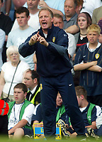 """Photo. Andrew Unwin, Digitalsport<br /> NORWAY ONLY<br /> <br /> Chelsea v Leeds United. FA Barclaycard Premiership. 15/05/2004.<br /> Kevin Blackwell - the Leeds """"stand-in"""" manager, barks orders"""