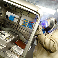 DEU , DEUTSCHLAND : Lkw-Produktion bei Mercedes-Benz in Woerth : Arbeiter schweissen am Fahrerhaus. |DEU , GERMANY : Truck production at Mercedes-Benz in Woerth : workers welding the body of the driver cabin|. 08.02.2012.Copyright by : Rainer UNKEL , Tel.: 0171/5457756