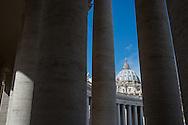 La cupola della basilica di San Pietro tra il colonnato del Bernini - The dome of St. Peter's Basilica between Bernini's colonnade.