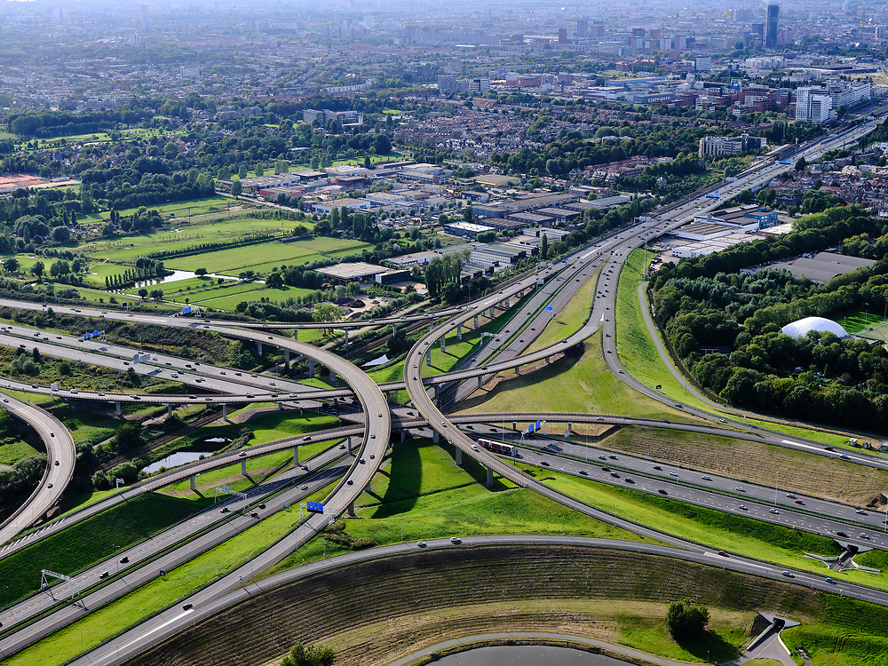 Nederland, Zuid-Holland, Den Haag, 14-09-2019; Prins Clausplein, verkeersknooppunt tussen A4 en A12. Naar (rechts)boven de Utrechtsebaan richting centrum Den Haag<br /> Prins Clausplein, traffic junction between A4 and A12.<br /> luchtfoto (toeslag op standard tarieven);<br /> aerial photo (additional fee required);<br /> copyright foto/photo Siebe Swart