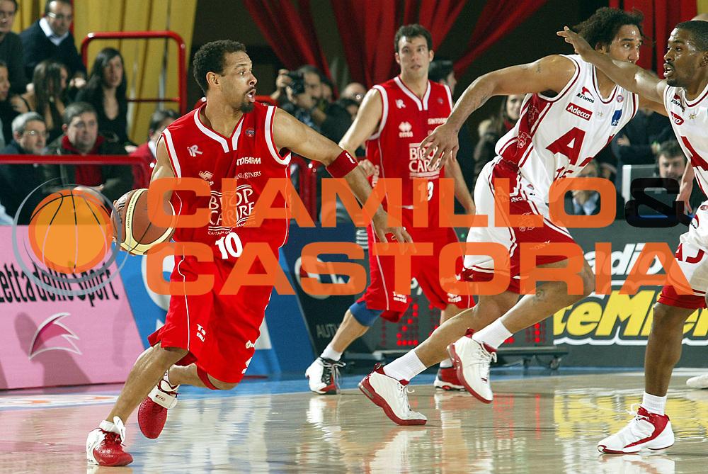 DESCRIZIONE : FORLI FINAL 8 COPPA ITALIA LEGA A1 2005 QUARTI DI FINALE<br />GIOCATORE : GARRIS<br />SQUADRA : BIPOP REGGIO EMILIA<br />EVENTO : FINAL 8 COPPA ITALIA LEGA A1 2005 QUARTI DI FINALE<br />GARA : BIPOP REGGIO EMILIA-ARMANI JEANS MILANO<br />DATA : 18/02/2005<br />CATEGORIA : Palleggio<br />SPORT : Pallacanestro<br />AUTORE : AGENZIA CIAMILLO &amp; CASTORIA/S.Ceretti