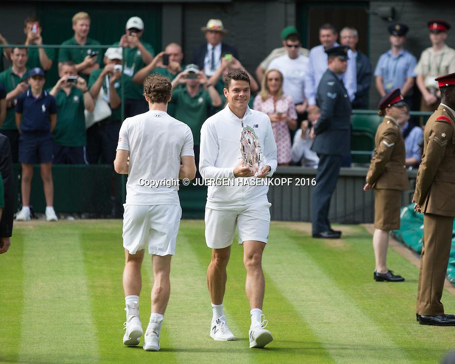 MILOS RAONIC und ANDY MURRA machen den Rundgang auf dem Centre Court und praesentieren ihre Trophaen dem Publikum,Siegerehrung, Herren Endspiel, Finale <br /> <br /> Tennis - Wimbledon 2016 - Grand Slam ITF / ATP / WTA -  AELTC - London -  - Great Britain  - 10 July 2016.