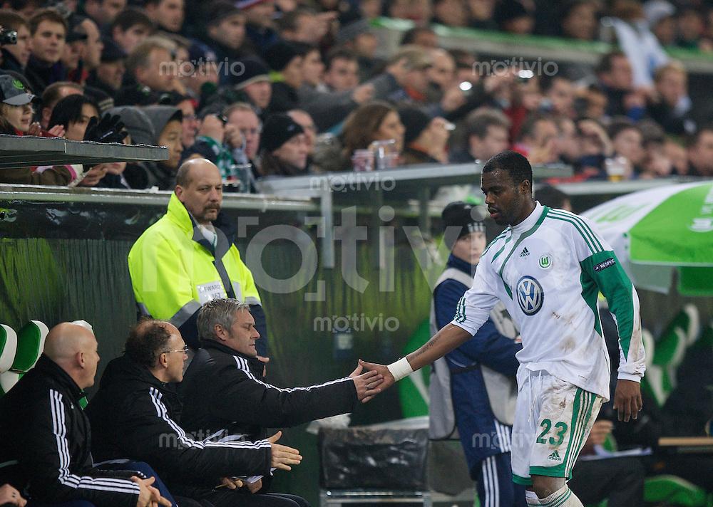 Fussball Uefa Champions League VFL Wolfsburg - Manchester United FC Trainer Armin VEH (2. v.r) mit GRAFITE (Wolfsburg) bei dessen Auswechslung.