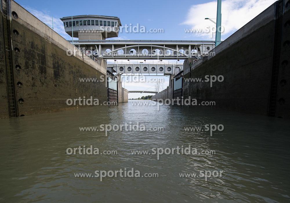 THEMENBILD - Bootfahrt auf der Donau und Donaukanal in Wien. das Bild wurde am  30. Juli 2012 aufgenommen. im Bild Schleuse Donau Freudenau // THEME IMAGE FEATURE - boating on danube and danubechannel in vienna. The image was taken on july, 30, 2012. Picture shows Watergate Danube Freudenau, AUT, EXPA Pictures © 2012, PhotoCredit: EXPA/ M. Gruber
