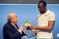 28.08.2013, FIFA Hauptsitz Zuerich, SUI, FIFA Pressekonferenz, im Bild Usain Bolt zu Besuch bei der FIFA; FIFA Praesident Josef S. Blatter ueberreicht das WM Maskottchen an Usain Bolt (JAM) // during a pressconference at the FIFA Hauptsitz Zuerich, Switzerland on 2013/08/28. EXPA Pictures © 2013, PhotoCredit: EXPA/ Freshfocus/ Valeriano Di Domenico<br /> <br /> ***** ATTENTION - for AUT, SLO, CRO, SRB, BIH only *****