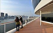 Nederland, Rotterdam, 2-5-2015Het cruiseschip de Splendida van de zwitserse rederij MSC meert voor de eerste maal af bij Cruiseport Rotterdam aan de Wilhelminakade in de Rotterdamse haven. Het is het vlaggenschip van de cruiserederij MSC en met een lengte van 333 meter en een breedte van 38 meter ook het grootste cruiseschip van de Zwitserse rederij. Het is voor het eerst dat een MSC passagierschip Rotterdam aandoet. De Splendida doet een minicruise vanuit Hamburg .Uitzicht op zuiderlijk deel Rotterdam, Rotterdam zuid, stadsdeel Kop van Zuid, rivier de Maas, hoogbouw en cruiseschip aan de wilhelminakade.Foto: Flip Franssen/Hollandse Hoogte