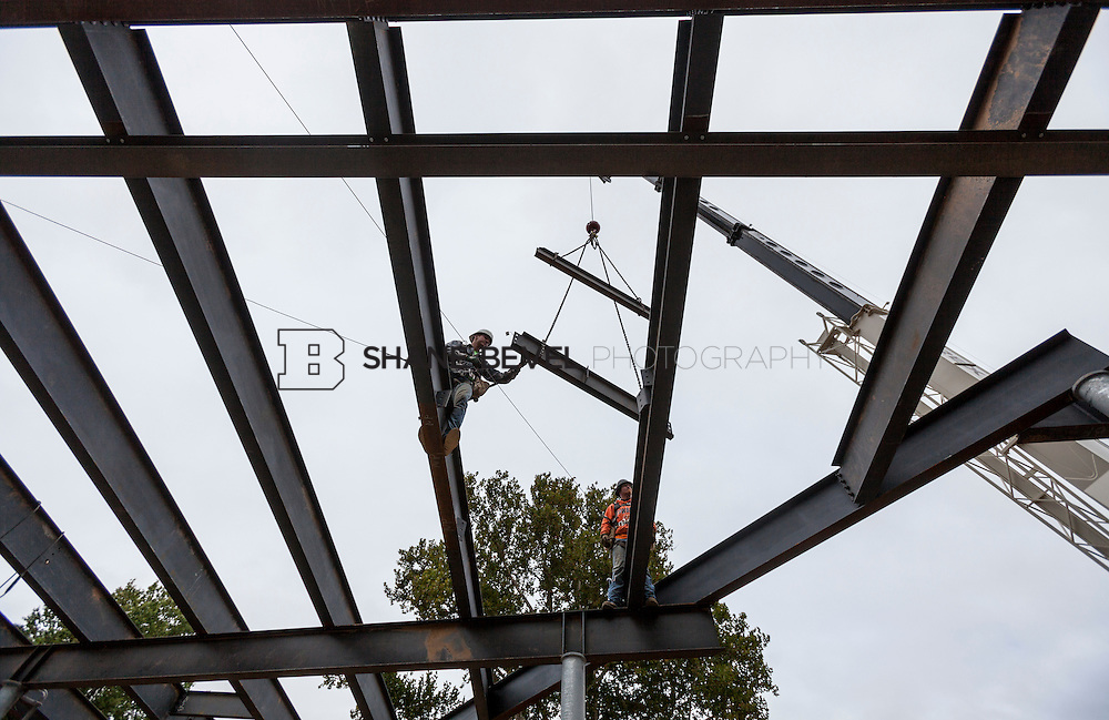 10/7/16 10:15:00 AM -- Steel installation on the Williams Lodge, foundations in the Adventure Playground, Peggy's Pond<br /> <br /> Photo by Shane Bevel