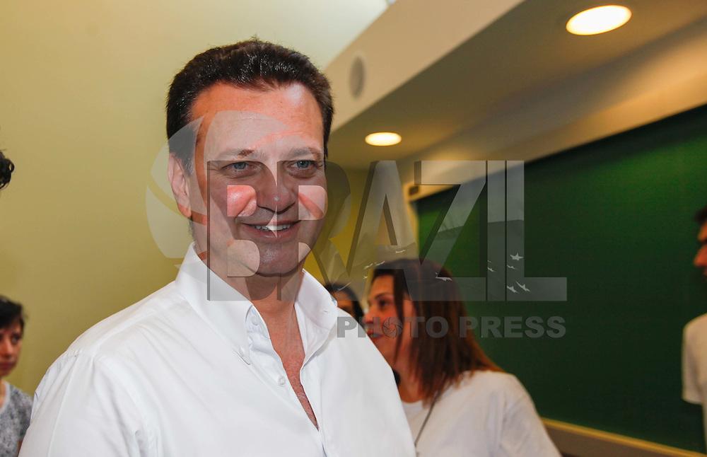 ATENCAO EDITOR FOTO EMBARGADA PARA VEICULO INTERNACIONAL - SAO PAULO, SP, 07 DE OUTUBRO 2012 - ELEICOES SP - JOSE SERRA - O candidato a prefeitura de Sao Paulo, Jose Serra registra seu voto no colegio Santo Americo na regiao oeste da capital paulista na manha deste domingo 07- FOTO: VANESSA CARVALHO - BRAZIL PHOTO PRESS