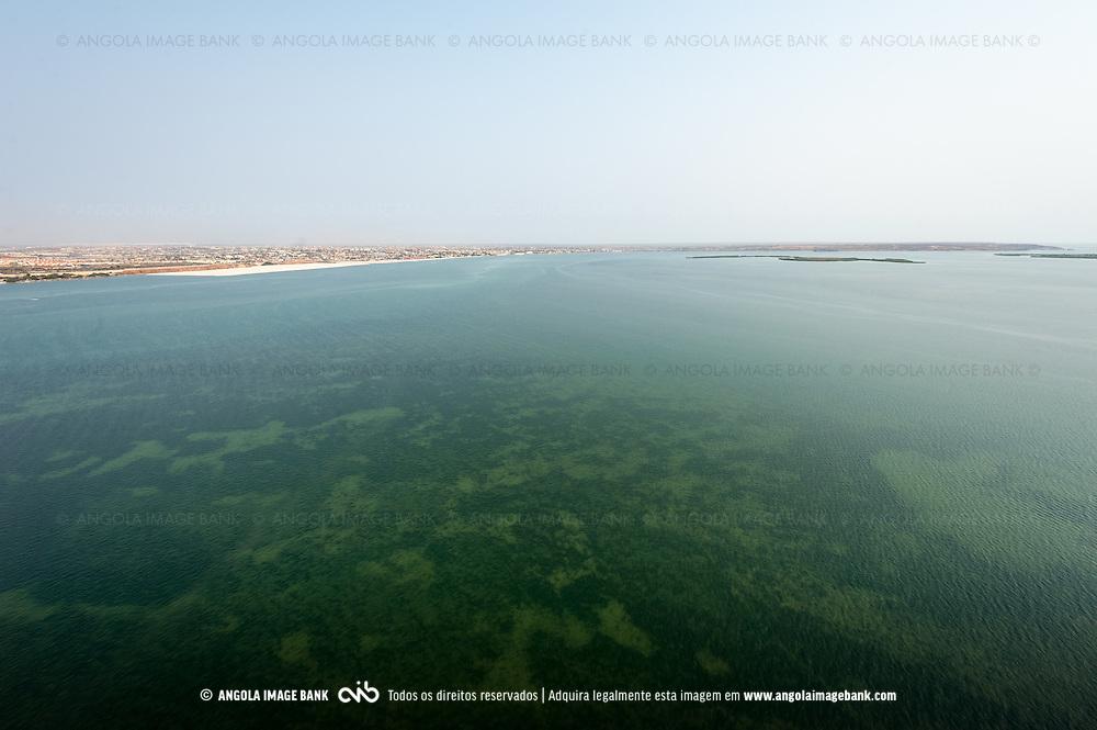 Vista aérea da cidade Luanda, capital de Angola. A baía do Mussulo e Luanda Sul ao fundo no horizonte (Bairro Benfica)