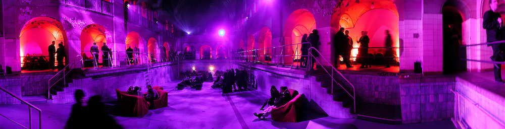 Frieze Party Berlin in an old swimming pool. Stadtbad, Oderberger Strasse 57-59, Oderberger Strasse. Berlin. 23 March 2006. ONE TIME USE ONLY - DO NOT ARCHIVE  © Copyright Photograph by Dafydd Jones 66 Stockwell Park Rd. London SW9 0DA Tel 020 7733 0108 www.dafjones.com