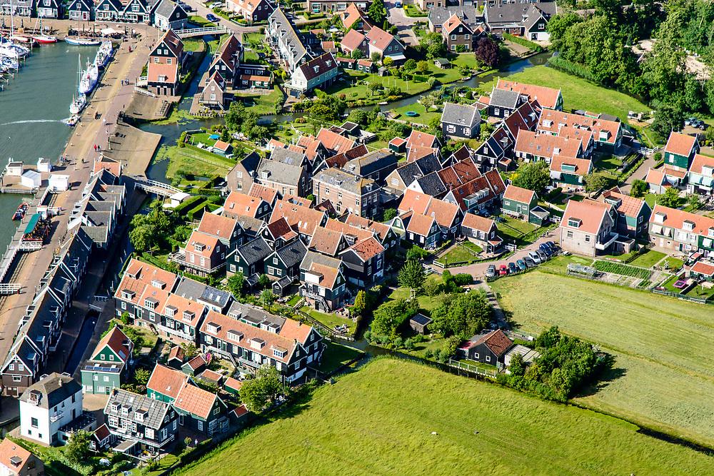 Nederland, Noord-Holland, Gemeente Waterland, 13-06-2017; het voormalig eiland Marken, nu met een dam verbonden met Waterland. Het omliggende water is het Markermeer (IJsselmeer, Zuiderzee). Havenbuurt.The former island of Marken, now connected with a causeway (dam) to the mainland. <br /> luchtfoto (toeslag op standaard tarieven);<br /> aerial photo (additional fee required);<br /> copyright foto/photo Siebe Swart