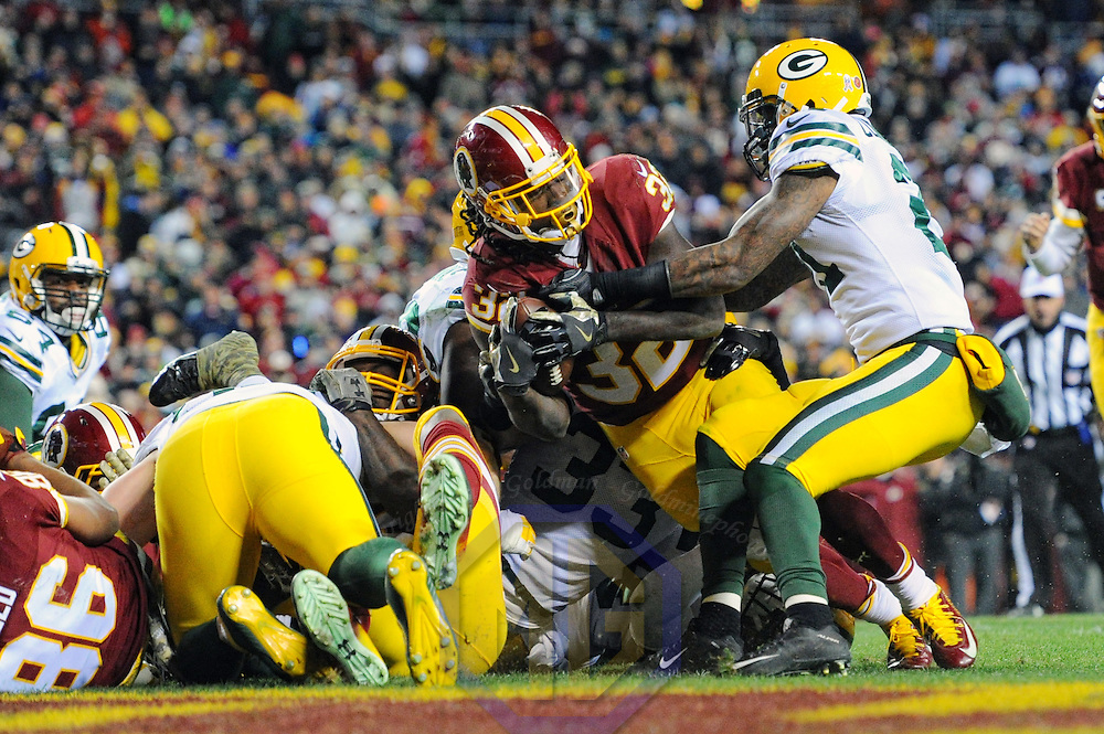 LANDOVER, MD - NOVEMBER 20:  Washington Redskins running back Rob Kelley (32) scores his third touchdown of the game in the fourth quarter against the Green Bay Packers on November 20, 2016, at FedExField in Landover, MD.  where the Washington Redskins defeated the Green Bay Packers, 42-24.  (Photo by Mark Goldman/Icon Sportswire)