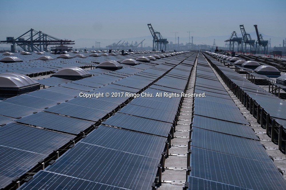 6月26日,在美国洛杉矶,新完成的16.4兆瓦AC西蒙特太阳能屋顶项目。 这个面积达200万平方英尺的屋顶太阳能电池阵列是世界上功率最大的太阳能屋顶安装设备,将为5000个洛杉矶家庭提供足够的清洁能源。新华社发 (赵汉荣摄)<br /> The newly completed 16.4-megawatt AC Westmont Solar Rooftop project, the most powerful solar rooftop installation in the world,  is shown on June 26, 2017 in Los Angeles, the United States. The 2 million-square-foot rooftop solar array will produce enough clean energy to power 5,000 Los Angeles homes. (Xinhua/Zhao Hanrong)(Photo by Ringo Chiu)<br /> <br /> Usage Notes: This content is intended for editorial use only. For other uses, additional clearances may be required.
