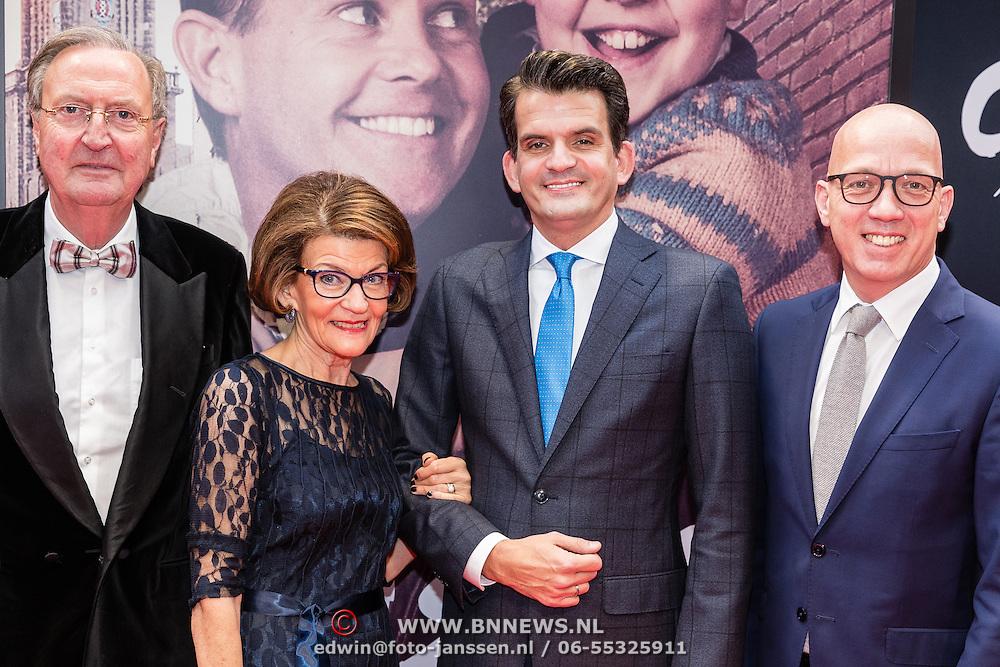 NLD/Amsterdam/20161120 - premiere Ciske de Rat de Musical, Maurice Wijnen met zijn moeder en partner Ronald den Ouden