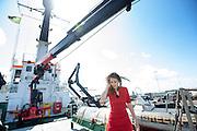 De Nederlandse activiste Faiza Oulahsen bekijkt op de Arctic Sunrise de schade. In IJmuiden is de Arctic Sunrise, het schip van milieuorganisatie Greenpeace dat een jaar door Rusland in beslag is genomen, aangekomen. De voormalige ijsbreker wordt in Amsterdam uit het water gehaald en opgeknapt omdat het gehavend is geraakt toen het aan de ankers lag. De boot van de milieuorganisatie is september 2013 door de Russen ge&euml;nterd en de bemanningsleden vastgezet op verdenking van piraterij. Greenpeace voerde actie bij een boorplatform in de Barentszzee. Als het schip weer is gerepareerd, wil de milieubeweging weer campagnes houden met de Artic Sunrise.<br /> <br /> In IJmuiden, the Arctic Sunrise, the Greenpeace ship that a year ago is seized by Russia, arrived. The former ice breaker is removed from the water in Amsterdam and refurbished since it was damaged when it was up to the anchors. The boat of the environmental organization is boarded in September 2013 by the Russians and the crew put down on suspicion of piracy. Greenpeace campaigned on a drilling platform in the Barents Sea. If the ship is repaired, the environmental movement wants to use the Arctic Sunrise again for campaigning.
